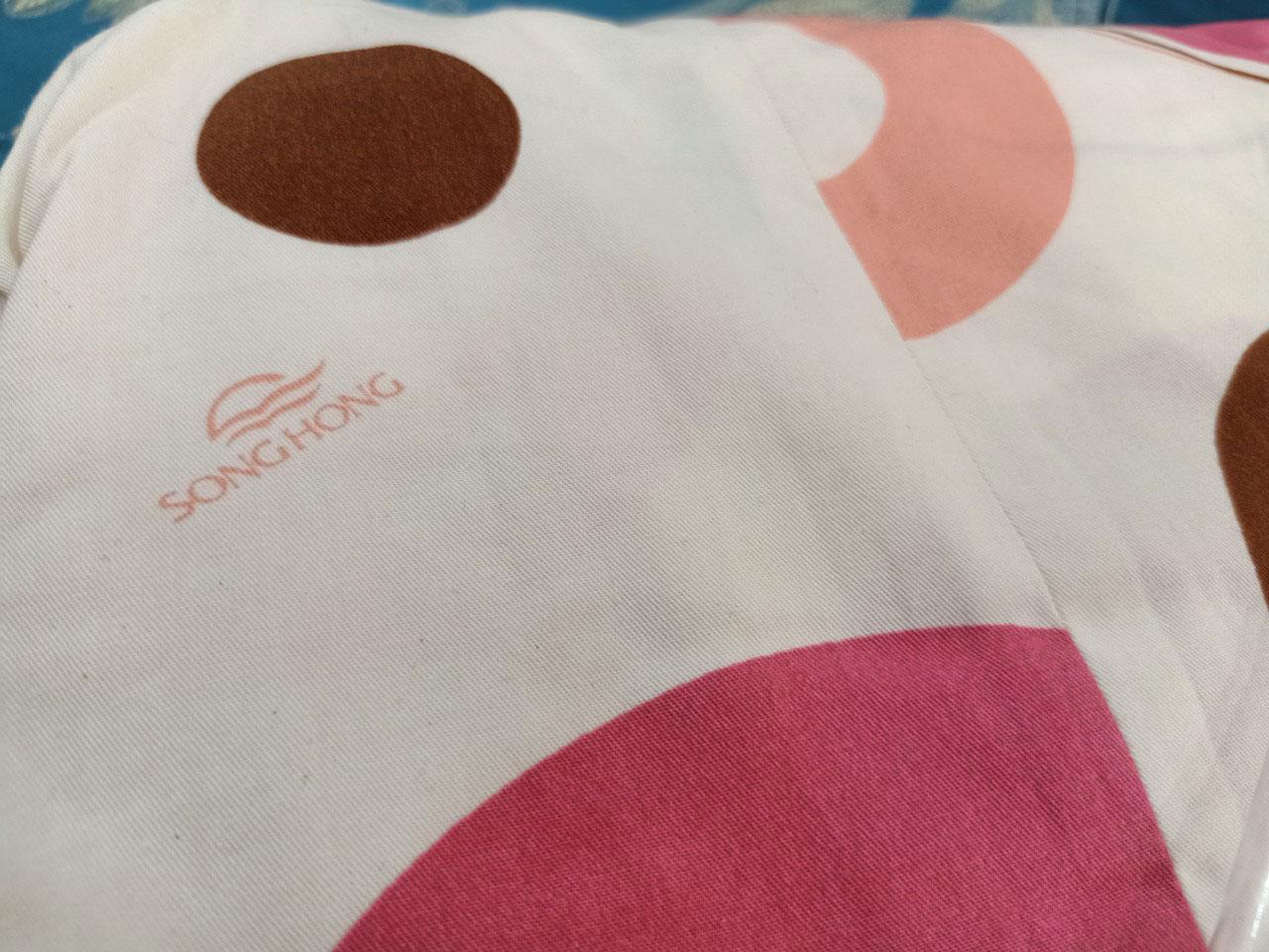 Vỏ ga, vỏ gối có chất lượng cao trên bề mặt vải có in Logo Sông Hồng